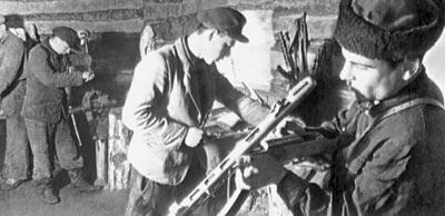 Ремонт оружия в партизанской оружейной мастерской