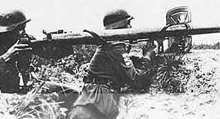 процесс заряжания гранатомета Панцершрека