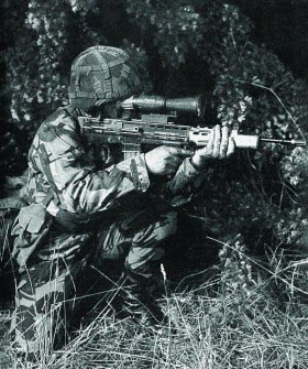 5,56-мм автоматическая штурмовая винтовка L85A1 с ночным прицелом KITE на учениях