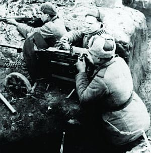 Пулеметчик ведет стрельбу из станкового пулемета Горюнова (СГ) обр. 1943 г. 3-й Украинский фронт. Украина.
