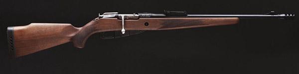 Новый охотничий карабин получил более эргномичную и современную ложу, поскольку у армейской винтовки она создавалась исходя из простоты конструкции и действий в рукопашном бою штыком и прикладом