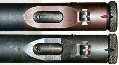 Вид на окно для выброса гильз Welrod Mk II (сверху) и Welrod Mk IIA (снизу)