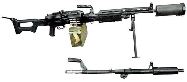 АЕК-999 «Барсук» с прибором малошумной стрельбы (ПМС). Вид справа. Внизу отомкнутый от пулемета ствол со штатным пламегасителем-компенсатором-дульным тормозом вместо ПМС