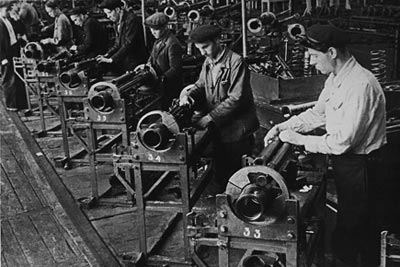Сборка 37-мм авиационных пушек НС-37 на конвейере. Ижевский машиностроительный завод. 1943 год