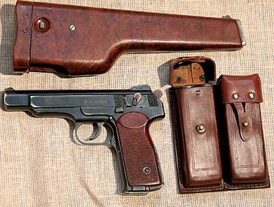 Комплект 9-мм автоматического пистолета Стечкина (АПС): пистолет; пластмассовая кобура-приклад; кожаный подсумок с 4 запасными магазинами