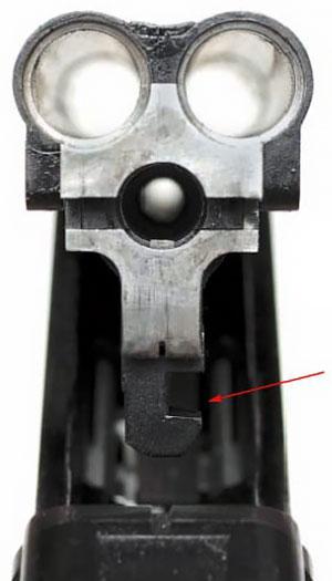 В вырез, указанный стрелкой при запирании входит запирающая планка (защёлка)