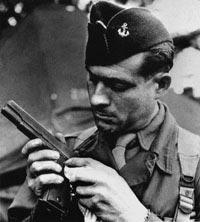 Американский пехотинец в годы Второй мировой войны с пистолетом Кольт М 1911А1