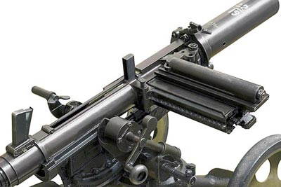Превосходно виден причудливый механизм магазина на пять гранат. Существовало несколько модификаций гранатомета Таубина, в том числе и с ленточным питанием.