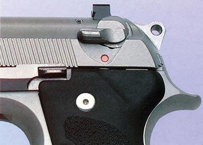 Флажковый предохранитель пистолета «Беретта» 96, смонтированный на кожухе-затворе, блокирует ударник и одновременно служит рычагом безопасного спуска курка