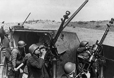 12,7-мм крупнокалиберные пулеметы ДШК на тумбово-стоечной зенитно-пулеметной установках, смонтированные в бронепоезде. 1942 год