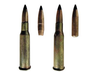 7,62-мм винтовочно-пулеметные патроны (слева – направо): с бронебойно-зажигательной пулей БС-40 обр. 1940 года, с бронебойно-зажигательной пулей Б-32 обр. 1954 года, специальный винтовочно-пулеметный патрон ШКАС с легкой пулей Л