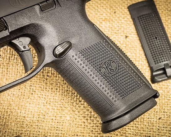 Рукоятки пистолетов FNS-9 и M&P9 — классические, без анатомических рельефных выступов