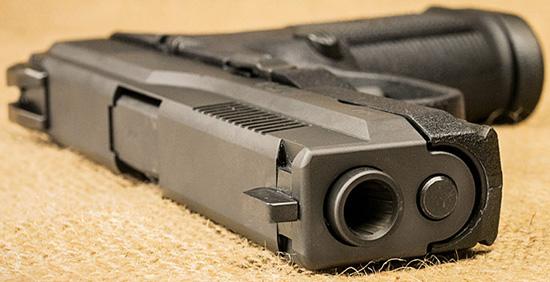 Небольшая толщина и сглаженность пистолетов FNS-9 и M&P9 сводят к минимуму возможность зацепиться за элементы одежды или экипировки