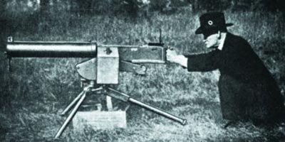 Дж. М. Браунинг с первым вариантом крупнокалиберного станкового пулемета Браунинг М 1921
