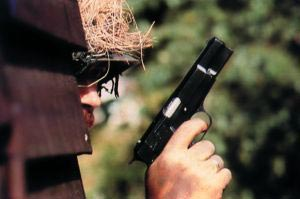 Бельгийский солдат с пистолетом FN-Браунинг M.1935 HP . 1990-е годы