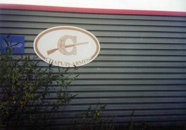 Эмблема фирмы Chapuis Armes s.a. на производственном корпусе