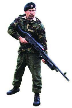 Английский пулеметчик с единым пулеметом L7A2 в качестве ручного пулемета