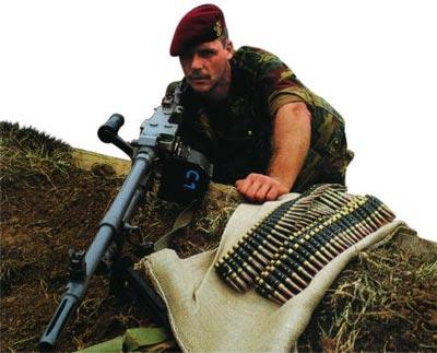 Пулеметчик с единым пулеметом L7A1 в качестве ручного пулемета