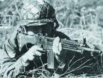 Японский солдат ведет стрельбу из автоматической винтовки тип 64