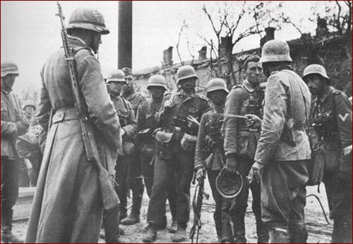 Во время второй мировой войны винтовки Токарева были популярны и в вермахте. На снимке немецкий офицер с винтовкой AВT-40 (Сталинград, 1942 год)