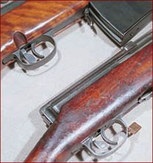 Флажок предохранителя СВТ располагался за спусковым крючком, а у АВТ-40 он одновременно являлся переводчиком режима стрельбы