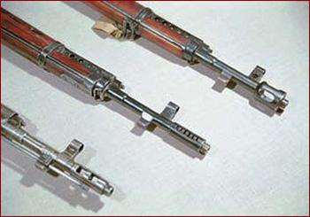 Дульные устройства винтовок Токарева разных моделей (сверху вниз): опытная винтовка 1936 года, СВТ-38, АВТ-40. Форма дульного устройства винтовок СВТ-40 поздних выпусков была такой же, как у АВТ-40