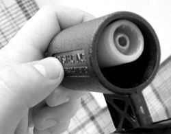Пустотелая рукоятка поршня SL-12 позволяет, при необходимости, разместить дополнительный пятый патрон, который можно использовать для ручного дозаряжания ружья. Закрепить патрон в рукоятке можно, например, с помощью полоски липкой ленты.