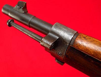 Вид на ствол с мушкой и переднее ложевое кольцо с креплением для штыка и костыльком для сцепления винтовок Mannlicher-Schoenauer M1903/14