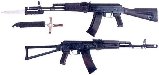 АК-74 (вверху) и АКС-74 (внизу) более позднего выпуска с прикладом и цевьем из пластика