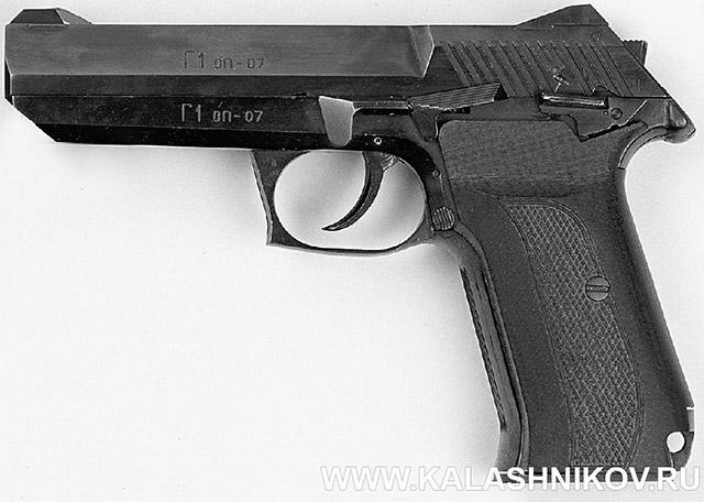 7,62/9-мм пистолет «Грач-1» конструкции Зароченцева А. И («Ижмех») под патроны 9х18 ПМ, 9М (9х18 ПММ) и 7,62х25 ТТ. Принцип работы автоматики: с патроном 9х18 ПМ – отдача свободного затвора; с патронами 7,62х25 ТТ и 9М (9х18 ПММ) – отдача затвора с его торможением пороховыми газами, отводимыми через боковое отверстие в канале ствола