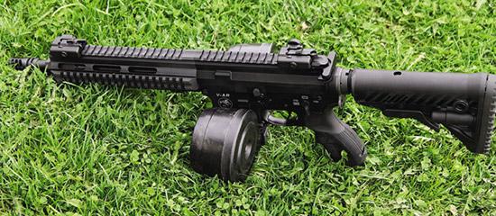 Карабин с магазином «улитка» для .223 калибра. Хотелось бы иметь подобный и для патронов 9х19 мм, но в России закон не разрешает снаряжать магазин более чем 10 патронами одновременно.