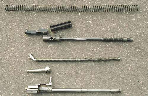 Говорить о каком либо сходстве узлов запирания, газового двигателя и возвратных механизмов АК-47 и МР-44 не приходится. Роднит их разве-что длинный ход газового поршня, соединённого с затворной рамой штоком