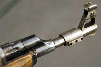 Такой дульный тормоз-компенсатор был установлен испытателями полигона для снижения отдачи и подбрасывания оружия при стрельбе очередями