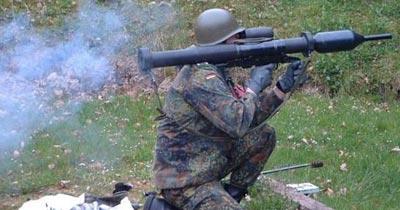 Германский солдат производит выстрел из Panzerfaust 3