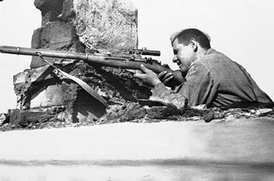 Снайпер занял огневую позицию в разрушенном здании. 1943 год