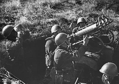 Расчет советской 7,62-мм зенитно-пулеметной установки обр. 1931 года ведет стрельбу по самолетам противника