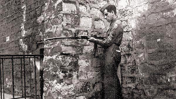 Американский сержант демонстрирует возможность стрельбы из-за угла из трофейного автомата MP44 с кривоствольной насадкой
