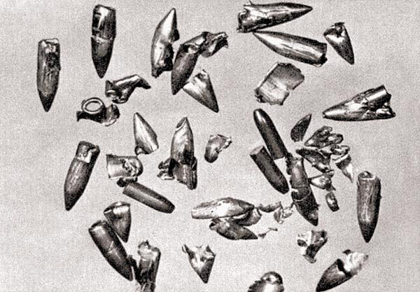 Сильно деформированные 7,92-мм пули, после стрельбы из автомата (штурмовой винтовки) MP44 с искривленным стволом-насадкой
