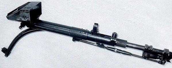 Искривленный ствол-насадка для ручного пулемета Дегтярева РПД с установленным перископическим прицельным приспособлением