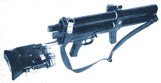 Нажатием на рычаг запирания происходит отпирание стволов, затвор получает возможность перемещаться назад с извлекаемыми из стволов стреляными стаканами или выстрелами