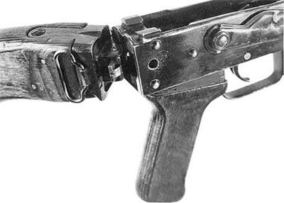 Узел фиксации деревянного откидывающегося деревянного приклада в ручном пулемете Калашникова РПКС