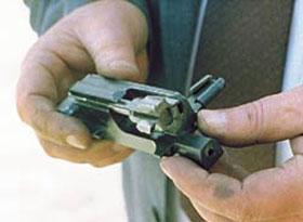 В отличие от АКС74У, для того чтобы сократить высоту ствольной коробки и сделать разборку более удобной, в конструкции автомата применён толкатель раздельный с затворной рамой