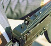 Перекидной диоптрический прицел автомата, расположенный на ствольной коробке, имеет две установки дальности стрельбы – 300 и 500 м