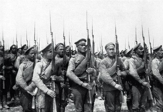 Пехотная часть Русской армии, Первая мировая война. В руках пехотинцев пехотные 3-линейные винтовки с примкнутыми штыками.