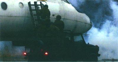 Бойцы из состава группы GROM на учениях штурмуют самолет