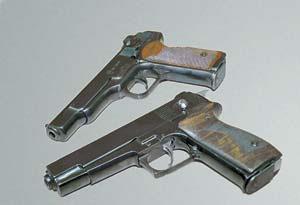 Пистолет «Паук» (на первом плане) разработан под патрон 9х19 на базе автоматического пистолета Стечкина АПС (на заднем плане)