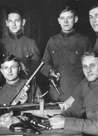 Германские полицейские, вооруженные винтовками Маузер 98 и пистолетами «Парабеллум» Р.08. Берлин. 1931 год