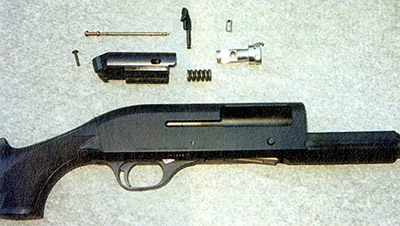 Узел запирания и автоматики Benelli МЗ Super 90. Расположенная между затвором и массивным остовом мощная пружина сжимается в момент выстрела под действием отдачи всего оружия, а затем, разжимаясь, отбрасывает остов назад, обеспечивая отпирание канала ствола