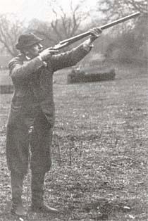 Во все времена спортсмены предъявляли к садочным ружьям высочайшие требования. Их мечтой было обладание совершенным инструментом для поражения цели. На фото -тренировка перед соревнованием