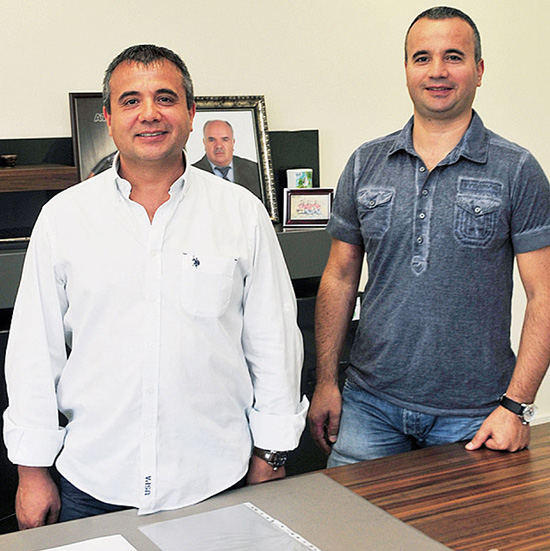 Братья Явуз (47 лет) и Фатих (42 года) Йоллу — президент и вице-президент компании ATA Arms. За ними виден портрет их отца Селала, одного из основателей современной турецкой оружейной промышленности